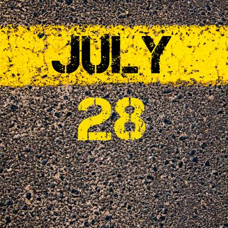 calendario julio: 28 días Calendario julio escrito sobre marcado la línea de pintura de color amarillo carretera