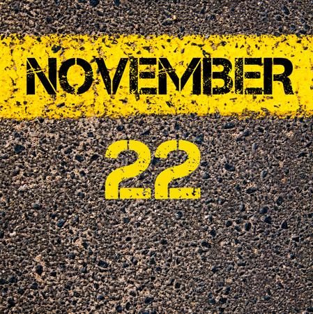 calendario noviembre: 22 días CALENDARIO Noviembre escrito sobre marcado la línea de pintura de color amarillo carretera