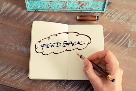 Retro effect en afgezwakt beeld van een vrouw de hand schrijven van een notitie met een vulpen op een notebook. Motieven concept met handgeschreven tekst KOPPEL