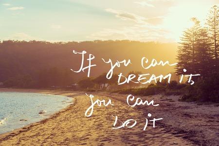 Handgeschreven tekst over zonsondergang kalmeren zonnig strand achtergrond, als je het kunt dromen kunt u het doen, vintage filter toegepast, afbeelding motievenconcept Stockfoto