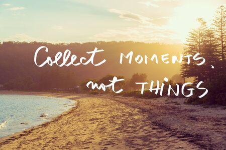 Handwritten Text über Sonnenuntergang ruhig sonnigen Strand Hintergrund, COLLECT MOMENTS die Dinge nicht, Jahrgang Filter angewendet, Motivations-Konzept Bild Standard-Bild
