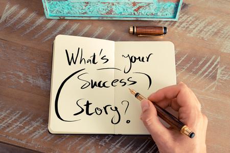 レトロな効果とノートに万年筆とメモを書く女性手のトーンのイメージ。手書きテキストあなたのサクセス ストーリーは何ですか?、ビジネスの成功