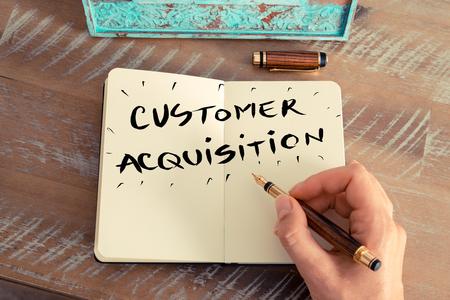レトロな効果とノートに万年筆とメモを書く女性手のトーンのイメージ。手書き文字で顧客の獲得、ビジネスの成功の概念