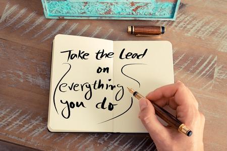 レトロな効果とノートに万年筆とメモを書く女性手のトーンのイメージ。手書きテキストを取る、リードのすべてを行うと、ビジネスの成功の概念