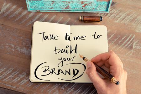 レトロな効果とノートに万年筆とメモを書く女性手のトーンのイメージ。手書きのテキストを取る時間をビルドあなたのブランド、ビジネスの成功