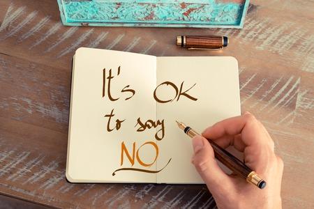 レトロな効果とノートに万年筆とメモを書く女性手のトーンのイメージ。手書きテキストと言う [ok] いえ、ビジネスの成功の概念