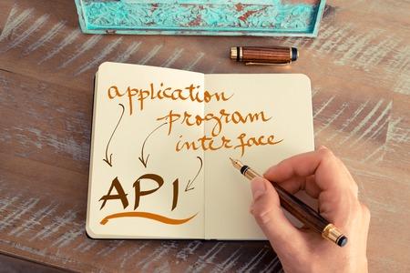 レトロな効果とノートに万年筆とメモを書く女性手のトーンのイメージ。手書きのテキスト API アプリケーション プログラム インターフェイス、ビ