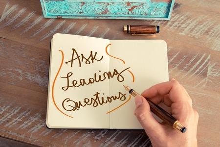 レトロな効果とノートに万年筆とメモを書く女性手のトーンのイメージ。手書きのテキスト求める主要な問題、ビジネスの成功の概念