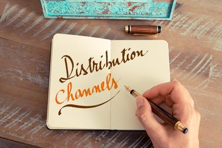 レトロな効果とノートに万年筆とメモを書く女性手のトーンのイメージ。手書きのテキスト流通チャネル 写真素材