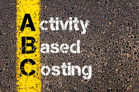 ビジネス略語 ABC 活動基準原価計算の道路標示黄色塗装ライン上に書かれたコンセプト イメージ。 写真素材