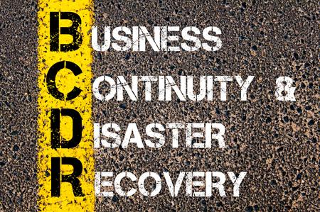 Imagen del concepto del acrónimo negocios BCDR Continuidad del Negocio y Recuperación de Desastres escrito sobre marcado la línea de pintura de color amarillo carretera Foto de archivo
