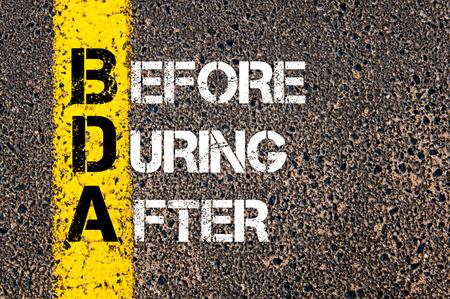 Concept afbeelding van bedrijf Acroniem BDA voor, tijdens en na geschreven over wegmarkering gele verf lijn
