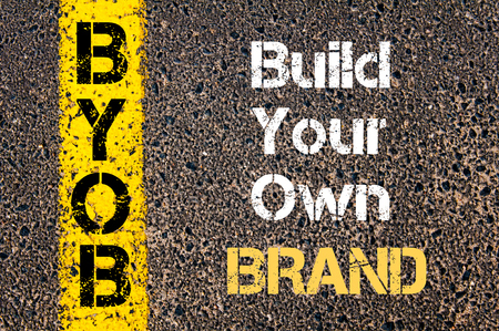 ビジネス頭字語 BYOB ビルドあなた自身のブランドの道路標示黄色塗装ライン上に書かれたコンセプト イメージ