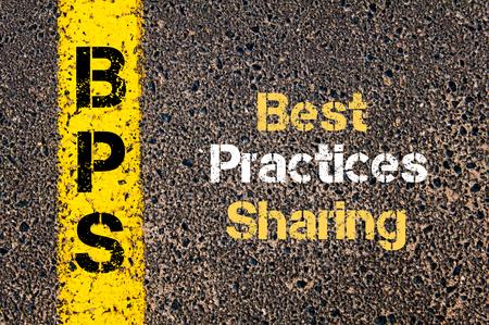 道路標示黄色塗装ライン上に書かれたビジネス頭字語 BPS ベスト プラクティス共有の概念イメージ