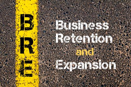 ビジネス略語 BRE 事業維持、道路標示黄色塗装ライン上に書かれた拡大の概念イメージ 写真素材