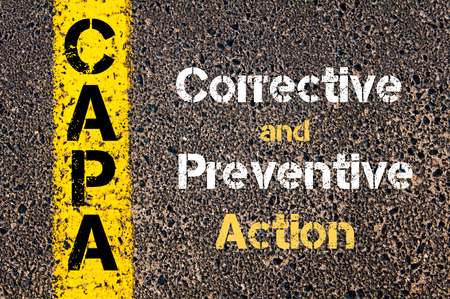 道路標示黄色塗装ライン上に書かれたビジネス頭字語キャパ是正及び予防処置の概念イメージ 写真素材