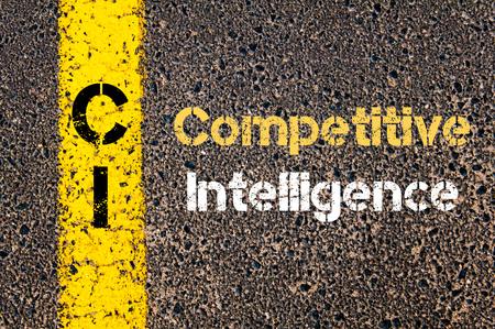 道路標示黄色塗装ライン上に書かれたビジネス頭字語 CI 競争力のあるインテリジェンスの概念イメージ 写真素材