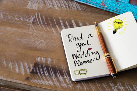 Retro effect en getinte afbeelding van notebook naast een vulpen. Bedrijfsconcept afbeelding met handgeschreven tekst VIND EEN GOEDE BRUILOFT PLANNER, kopieer beschikbare ruimte, gloeilamp als slim idee Stockfoto