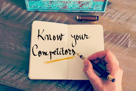 レトロな効果とノートに万年筆とメモを書く女性手のトーンのイメージ。ビジネス コンセプト イメージとしてテキストを知っているあなたのライバ