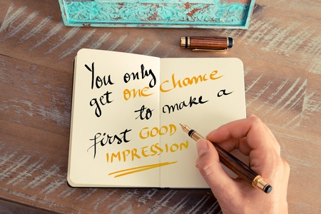 Effet rétro et image tonique d'une main de femme écrivant une note avec un stylo plume sur un cahier. Texte manuscrit Vous n'avez qu'une chance de faire une première bonne impression en tant que concept d'entreprise