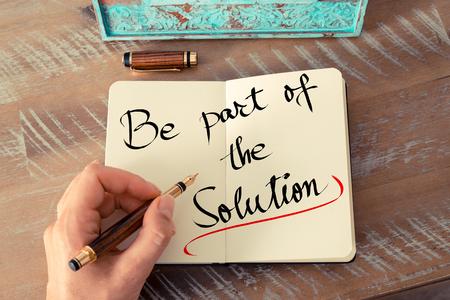 レトロな効果とノートに万年筆とメモを書く女性手のトーンのイメージ。ビジネス コンセプト イメージとしてソリューションの一部になるテキスト