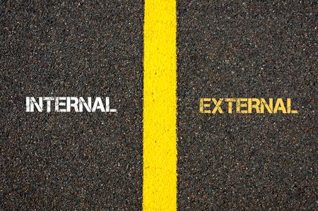駐機場、道路マーキングのための言葉の間に線を分離する黄色のペンキで書かれた外部と内部の反意語概念