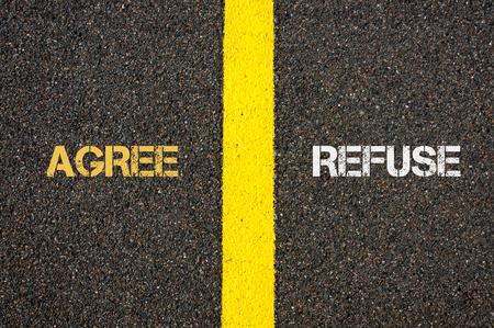 estar de acuerdo: concepto antónimo de AGREE frente a negarse por escrito sobre el asfalto, marcando la línea de separación entre las palabras pintura amarilla carretera