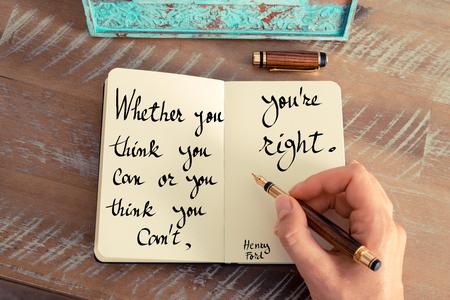 Retro-Effekt und getönten Bild einer Frau Handschrift auf einem Notebook. Handwritten Zitat Ob Sie denken, Sie können oder Sie denken, Sie können nicht, du hast Recht - Henry Ford als inspirierend Konzept Bild