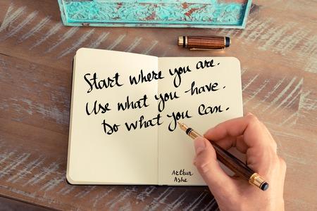 レトロな効果とノートに手書きの女性のトーンのイメージ。あなたが開始を手書き見積もり。何を使用します。 何ができるかを行います。心に強く