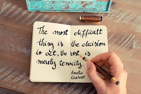 レトロな効果とノートに手書きの女性のトーンのイメージ。手書き見積もり最も難しいことは、行動を残りの部分は単なる粘り強さ。-コンセプト イ
