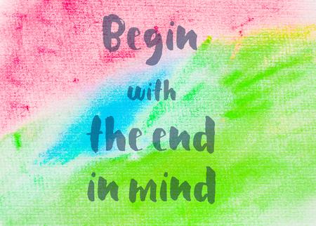 Commencer en ayant la fin à l'esprit. Citation inspirée sur fond abstrait aquarelle texturé