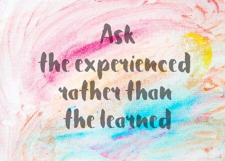 Demandez à l'expérience plutôt que le savant. Citation inspirée sur fond abstrait aquarelle texturé