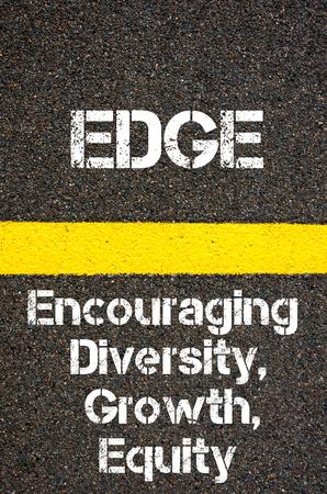 equity: Imagen del concepto de negocio Acr�nimo EDGE Crecimiento Fomentar la diversidad y la equidad escrito sobre marcado la l�nea de pintura de color amarillo carretera