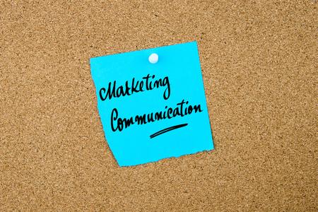 comunicación escrita: La comunicación de marketing escrito en la nota de papel azul depositado en el tablón de corcho con chinchetas blanco, copia espacio disponible Foto de archivo