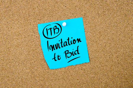 bid: Business Acronym ITB Invitation To Bid written on blue paper note pinned on cork board with white thumbtack, copy space available Foto de archivo