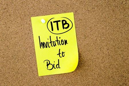 bid: Acrónimo negocio ITB Invitación a hacer una oferta escrita en papel amarillo nota depositado en el tablón de corcho con chincheta blanco, copia espacio disponible
