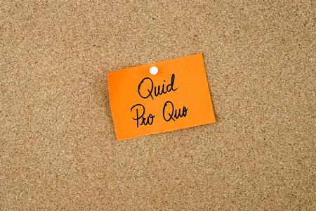 オレンジ色の紙メモに書かれた代償固定コルクボード ホワイトびょうとコピーの空きに 写真素材
