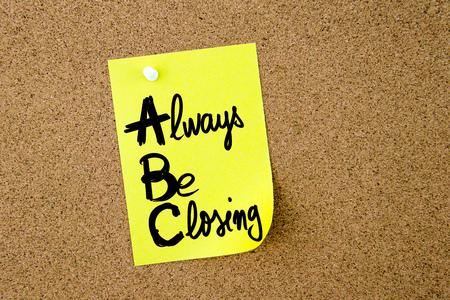cerrando negocio: Acrónimo dueño de ABC Siempre estar cerrando nota escrita en papel amarillo depositado en el tablón de corcho con chincheta blanco, copia espacio disponible Foto de archivo