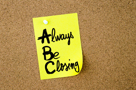 cerrando negocio: Business Acronym ABC Always Be Closing written on yellow paper note pinned on cork board with white thumbtack, copy space available Foto de archivo