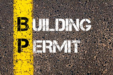 道路標示黄色塗装ライン上に書かれたビジネス頭字語 BP 建設許可の概念イメージ 写真素材