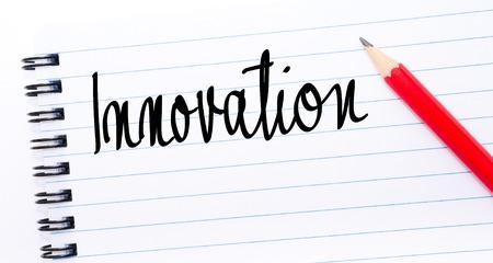comunicación escrita: Innovación escrito en la página del cuaderno con el lápiz rojo a la derecha Foto de archivo