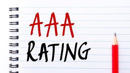 comunicación escrita: Calificación AAA escrito en la página del cuaderno con el lápiz rojo a la derecha