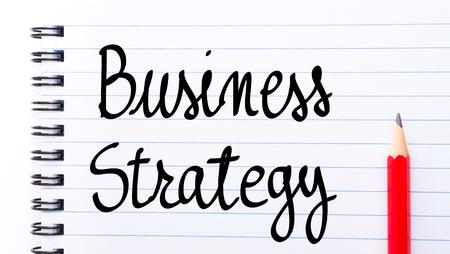 comunicaci�n escrita: Estrategia de negocios por escrito en la p�gina del cuaderno con el l�piz rojo a la derecha