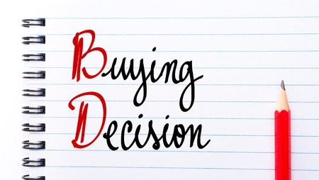comunicación escrita: BD decisión de compra por escrito en la página del cuaderno con el lápiz rojo a la derecha
