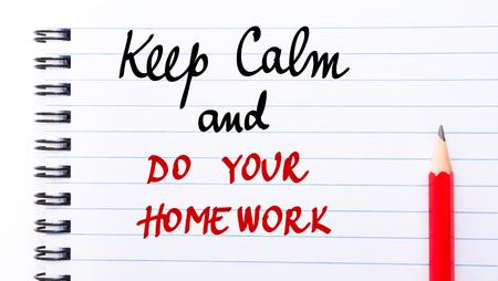 comunicación escrita: Mantener la calma y hacer su tarea escrito en la p�gina del cuaderno con el l�piz rojo a la derecha