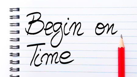 comunicaci�n escrita: Begin On Time written on notebook page with red pencil on the right