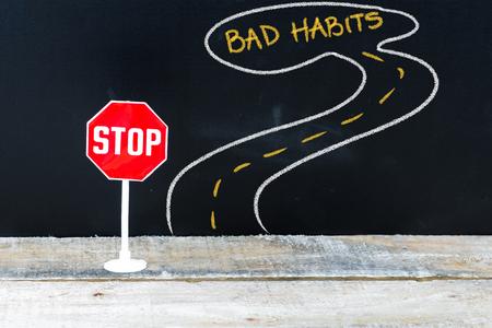 bad habits: Mini señal de STOP en el camino hacia MALOS HÁBITOS, dibujo a mano en la pizarra Foto de archivo