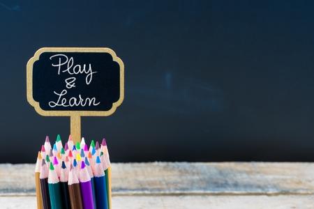 木製ミニ黒板メッセージ再生と学ぶラベルし、空間利用、教育概念をコピー黒板背景に鉛筆を着色