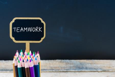 木製ミニ黒板メッセージ チームワークでラベルを付けるし、空間利用、教育概念をコピー黒板背景に鉛筆を着色
