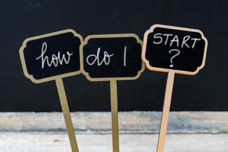 ビジネス メッセージをどのように始めたらよいですか木製ミニ黒板ラベル、多重黒板と背景の木のテーブルにチョークで書かれました。